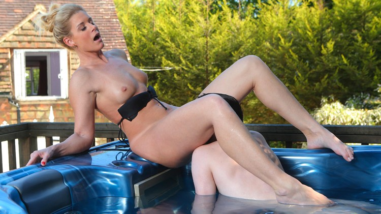 Horny moment in the jacuzzi for India Summer